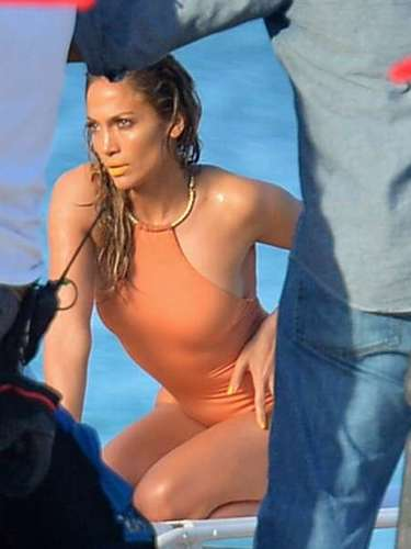 En las escenas, J. Lo utiliza bikinis y un bañador que pareciera simular un desnudo, por el tono colorpiel del mismo.