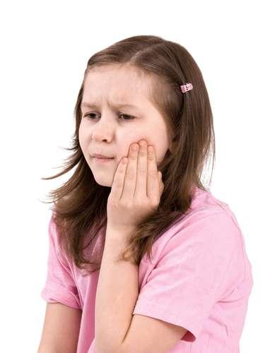 Sin embargo, en muchos casos la enfermedad puede producir síntomas como la inflamación de la parótida (o parotiditis), lo que causa hinchazón y dolor local, sobre todo cuando se mastica.