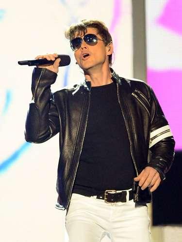 """Morten Harket de""""A-ha"""", mostró la potencia de su voz, como invitado especial de Xtina y """"Mr. Worldwide"""" en elperformance de ambos."""