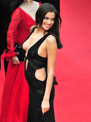 Novia del futbolista Cristiano Ronaldo, Irina Shayk, atrajo la atención en la alfombra roja del Festival de Cine Cannes. La modelo rusa llegó a la premiere de la película 'All Is Lost' con un pronunciado escote.