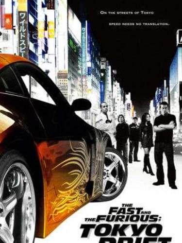 The Fast and The Furious: Tokyo Drift o Rápido y furioso: Reto Tokio (2006) en Tokio. Esta entrega, alejada de las dos anteriores, cuenta la historia de Sean (Lucas Black), un joven problema que llega a Japón para evitar la prisión en los EEUU. Más allá de alejarse de los líos, su afición a los autos lo hace entrar en el osado mundo de las carreras clandestinas de Tokio.