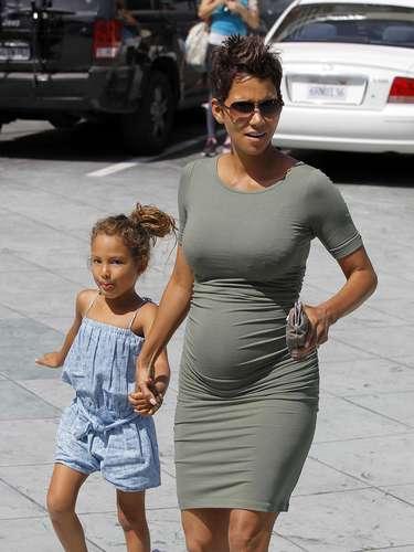 Halle Berry está viviendo su maternidad y embarazo de su segundo hijo plena y feliz. La actriz llevó a su hija Nahla a tomarse fotografías para su pasaporte