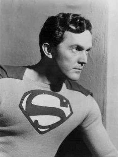 Kirk Alyn. Conocido por ser el primer actor en interpretar al Hombre de Acero en el cine, allá en 1948, en la cinta Superman y en la secuela de 1950, Atom Man vs Superman.