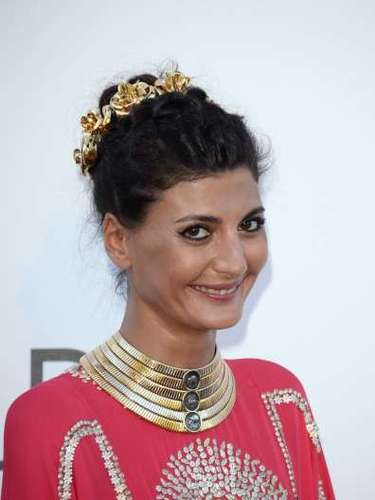 Giovanna Battaglia combinó una hermosa gargantilla dorada con un traje tradicional de la India.