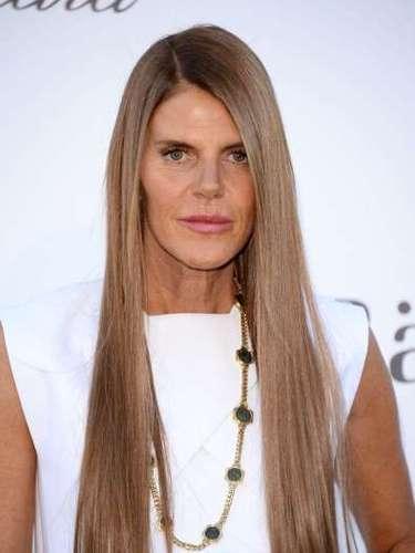 La editora de moda y ícono de la moda Anna Dello Russo lució un collar largo con pequeños diamantes.