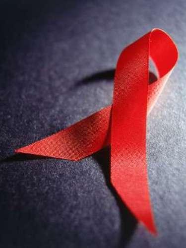 6. VIH/SIDA. Esta enfermedad suele contagiarse a través de las relaciones sexuales sin protección con una persona infectada. También se contagia por compartir agujas o mediante el contacto con la sangre de una persona infectada. Las mujeres pueden transmitírselo a sus bebés durante el embarazo o el parto. EL SIDA causa un promedio de 3.1 millones de muertes cada año y aún no existe cura.