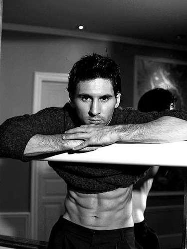 El futbolista argentino Lionel Messi no sólo quiere ser el mejor jugador del mundo, sino también una referencia en el campo de la moda.  Dolce & Gabbana lo ha reclutado para su nueva colección de calzoncillos. ¿Qué te parece?
