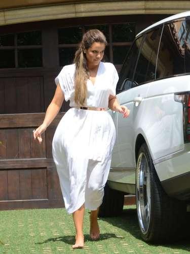 3 de Junio -Este fin de semana fue el Baby Shower de Kim Kardashian en donde se reveló que la socialité está esperando una niña. A la fiesta asistió su hermana Khloé que llegó descalza y apurada por estar con su hermana.