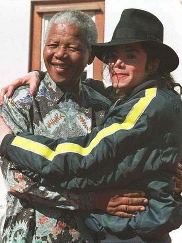 El líder sudafricano Nelson Mandela con la estrella del pop Michael Jackson EE.UU. antes de cortar el pastel de cumpleaños para su 78 cumpleaños en el Hilton college en Kwazulu-Natal, 19 de julio 1996.