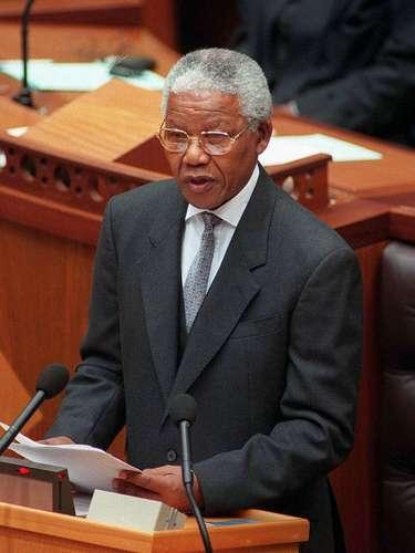 En diciembre de 1997 Mandela entregó la dirección de su partido político. A pesar de renunciar, Mandela permaneció como presidente de Sudáfrica hasta 1999, cuando él se retiró.