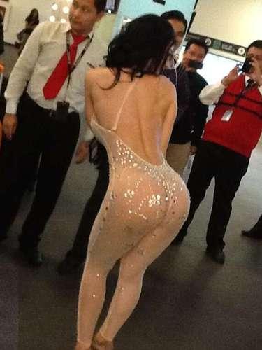 La llamada Bomba Sexy de Venezuela causó revuelo a su salida de la terminal aérea mexicana por el sexy atuendo que portaba.
