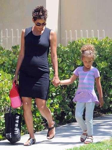 Halle Berryluciendo la pancita de su segundo embarazo,con su hija Nahalapor las calles de Los Ángeles, California