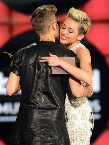 Miley Cyrus rechaza cualquier posibilidad de involucrarse con Justin Bieber. Miley declaró que nunca se involucraría con Justin por su lealtad a Selena, a quien considera una gran amiga. Además, Miley sostiene un romance con el guapo actor Liam Hemsworth. ¡Eso es lealtad!