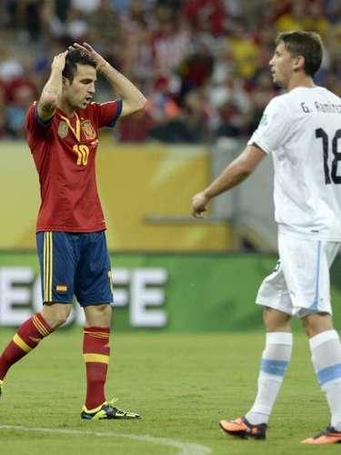Cesc Fábregas se lamenta por una ocasión fallada.