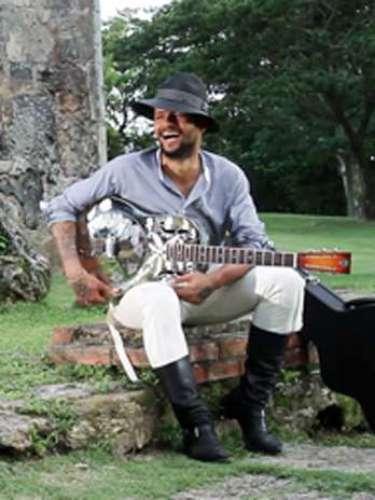 Draco, aparece acompañado de su inseparable guitarra en algunas escenas.