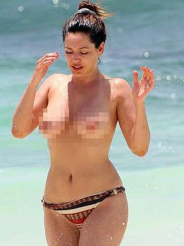 Sin pudor alguno, la inglesa paseó con poca ropa por la playa.