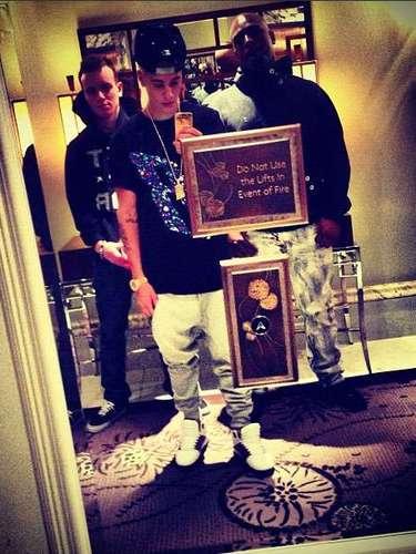 Nacido en 1994, Justin Bieber jugaba a imitar a sus ídolos y publicaba videos en YouTube. Aunque su destino lo llevaría a triunfar en la música, en su tierna infancia él soñaba con ser jugador de hockey o arquitecto.