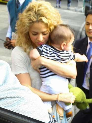 21 de Junio - Shakira siempre estuvo rodeada de un equipo descomunal de seguridad que la seguían a todos lados y siempre velando por el bienestar de ella y de su pequeño Milan que está creciendo como la espuma. ¡Cute!