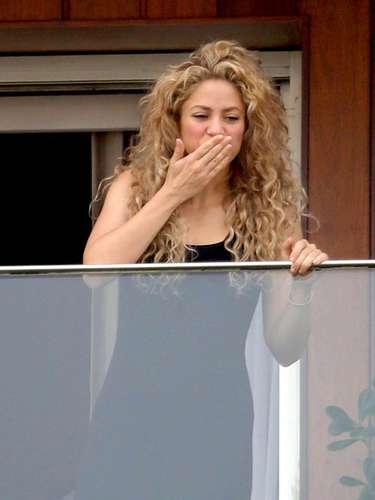 24 de Junio - Shakira es una gran artista y ser humano. La colombiana salió al balcón de la habitación de su hotel para saludar a sus fans que gritaban su nombre.