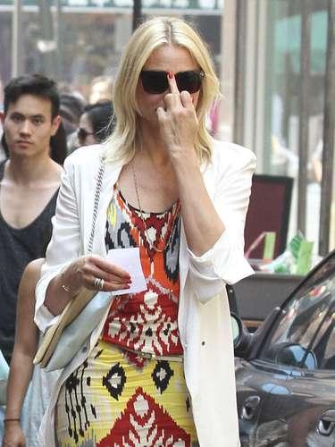 26 de Junio - Mientras están en la filmación, Cameron parece ser que no está de buen humor puesto que al notar que es captada por los paparazzi, la actriz les hace señas obscenas. ¡Qué grosera!