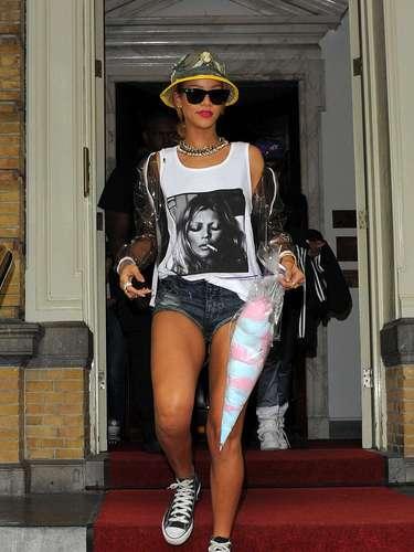 28 de Junio - Rihanna sigue de gira o ¿pasando unas vacaciones en Europa? RiRi fue vista al salir de su hotel en Amsterdam donde lucía como siempre muy cortita de la ropa y lo que llamó más la atención fue la blusa de Kate Moss que portaba donde se ve a la súper modelo fumando un sospechoso cigarrillo