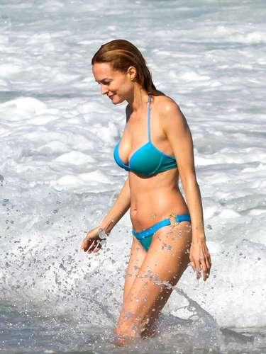 Heather Graham fue otra de las famosas en aprovechar las playas de Brasil para darse un chapuzón, broncearse y mostrar su cuerpo en bikini.