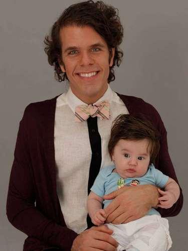2 de Julio - Perez Hilton no para de compartir las experiencias nuevas que está aprendiendo en el camino al ser padre soltero y esta vez posa con su pequeñito al cual adora.
