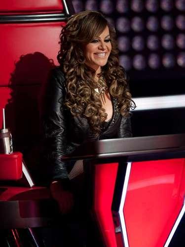La desaparecida Jenni Rivera incrementó su popularidad gracias a la oportunidad que recibió de Televisa de participar como coach en el programa de talentos. El deceso de la Diva de la Banda benefició a Luz María para que se convirtiera en la triunfadora de la segunda edición.