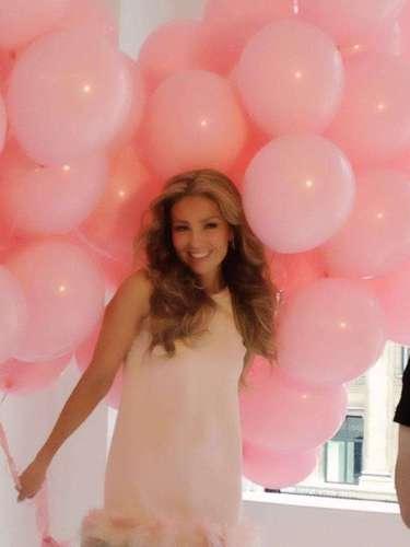6 de Julio - La vie en rose.... Thalía vive la vida en rosa y con esta imagen publicada en su cuenta oficial de Facebook dió una probadita de lo que se verá en las páginas de la revista People en Español, para donde posaba de tierno color rosa.