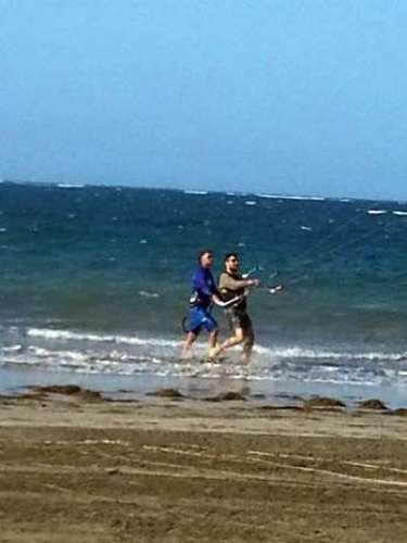 Ricky Martin en su tiempo libre se dedica a practicar kitesurf, así lo dió a conocer con esta fotografía colgada en su cuenta de Twitter.
