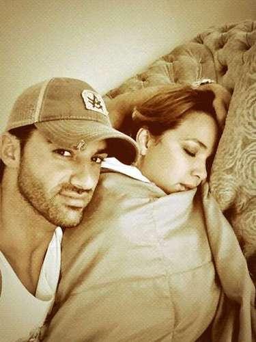9 de Julio - ¡Tony Costa es el mejor novio de mundo! Mientras su amada Adamari López duerme, el español vela el sueño de su novia a la cual se le ve que adora. ¡Qué romántico!