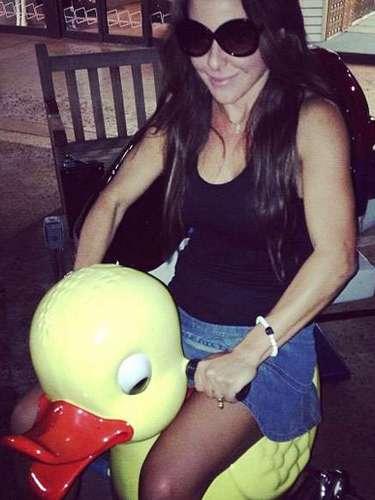 12 de Julio - Kate del Castillo regresó a su infancia y cabalgó este simpático patito. ¡Qué divertida!