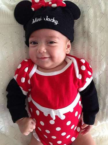 18 de Julio - Jaqueline Bracamontes compartió esta tierna foto de su bebida 'Mini Jacky' vestida de Minnie Mouse. ¡Preciosa!
