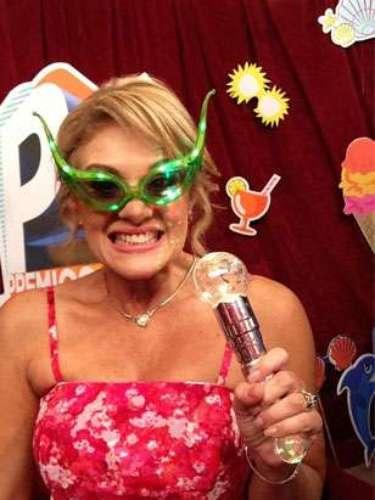 Erika Buenfil posa hermosa, feliz y muy divertida con sus lentes galácticos.