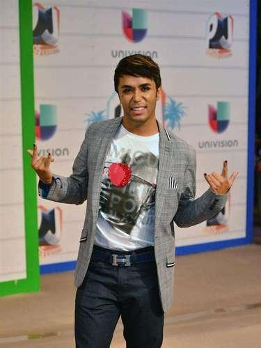 El cantante Fedro llegó muy maquilladito y súper acicalado para la gran fiesta hispana en Miami.