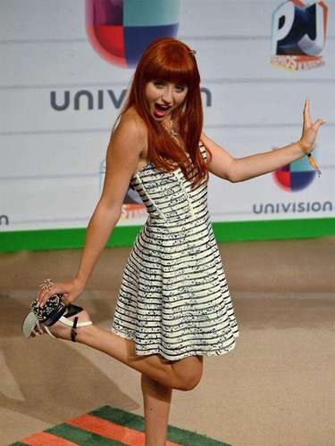 La actriz y cantante Gaby Borges jugueteó a su llegada en los Premios Juventud 2013 con los fotógrafos que le pedían su mejor pose