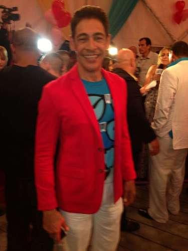 El carismático Johnny Lozada fue otra de las estrellas que, luciendo muy rozagante, engalanó la alfombra roja de los Premios Juventud.