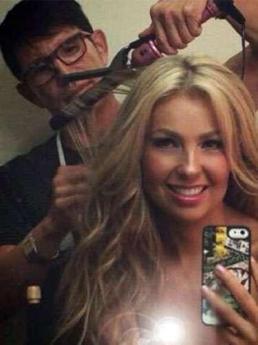 La espectacular y carismática Thalía decidió hacer un retoque para su cabello antes de salir al escenario \
