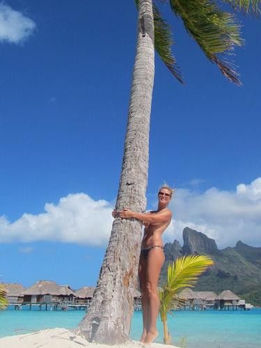 22 de Julio - Heidi Klum nos deleita con esta foto topless mientras está de vacaciones por Bora Bora. La sexy modelo se la pasa súper bien bronceándose al natural.