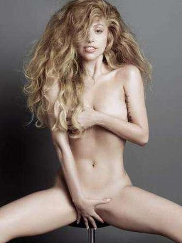 22 de Julio -Lady Gaga aparece sentada completamente desnuda con el pelo alborotado y cubriéndose con ambas manos sus partes íntimas durante una osada sesión de fotos para V Magazine.
