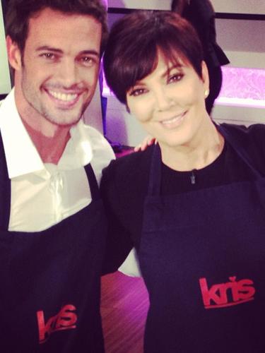 25 de Julio - Kris Jenner, la mamá de las Kardashian no perdió el tiempo en tomarse cualquier cantidad de fotos con William Levy cuando el actor la visitó en su programa. La matriarca del clan estaba fascinada con el actor de 'La Tempestad' que hasta se podría decir que coqueteó con él. ¿Qué tal?