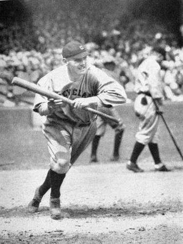 4.- PELOTAZO EN LA CABEZA: Ray Chapman (1920): este atleta profesional de beisbol murió por el impacto de una bola en su cabeza lanzada por Carl Mays de los Yankees. El sonido de la pelota impactando su cráneo fue tan fuerte que Mays pensó que había golpeado la bola con el bat, lo había tirado y había corrido a primera base. Chapman murió doce horas después en un hospital de NY.