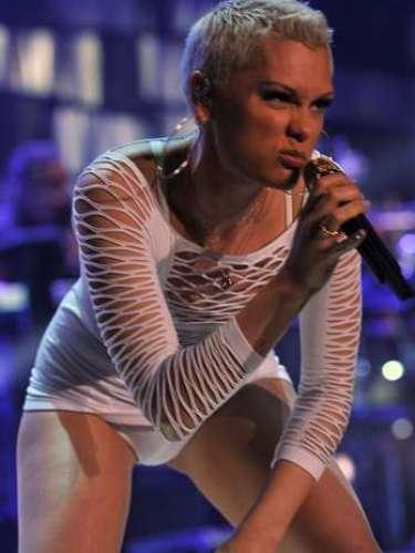 ¡Atrevida! Jessie J mostró su ropa interior de color blanca,en pleno conciertoen la Echo Arena de Liverpool (Inglaterra).