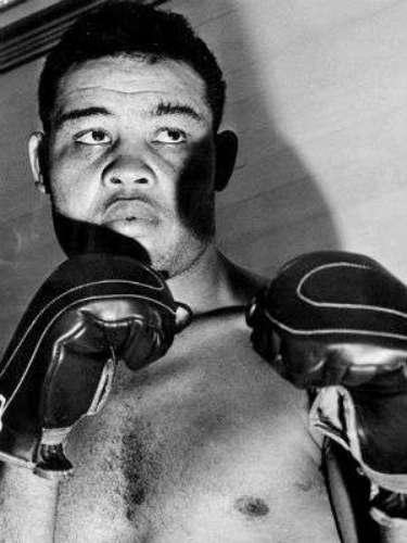 El estadounidense Joe Louis pasó a la historia también por su sobrenombre, 'el bombardero de Detroit'. Fue campeón mundial del peso pesado entre 1936 a 1949. La International Boxing Research Organization lo clasificó como el mejor pesado de la historia y la revista The Ring lo colocó el número 4 de la lista de los mejores boxeadores históricos libra por libra. Una leyenda del deporte de los puños.