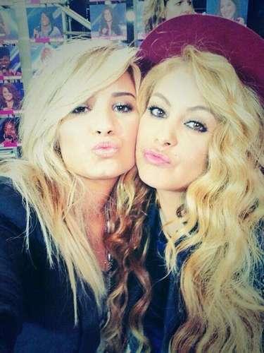 31 de Julio - Entre Paulina Rubio y Demi Lovato no hay rivalidad alguna que hasta la misma 'chica dorada' publicó esta foto catalogando a Demi como su 'hermanita' a la cual le está enseñando español.