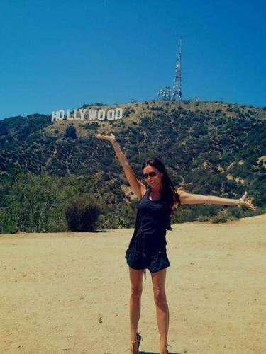1 de Agosto - Victoria Beckham volvió a sonreir, o bueno, eso queremos creer, mientras estuvo de visita por Hollywood y se tomó esta foto con el letrero tan significativo del lugar.