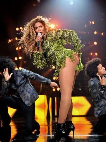 Beyoncé mientras brillaba interpretando sus contagiosas melodías, quiso calentar al público tocándose una de sus pompas durante un show de la gira 'The Mrs. Carter Show World Tour' en Nueva York.