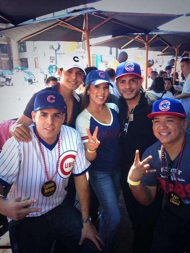 Memo Ibarra, integrante del grupo Alerta Zero, tuvo el honor de lanzar el primer picheo en un partido de beisbol entre los Cubs de Chicago y los Dodgers de Los Ángeles.