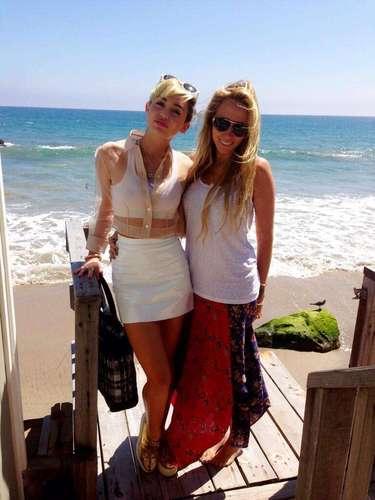 Miley Cyrus, después de compartir por Twitter esta imagen de un día de playa con su mamá, reveló que el título de su nuevo disco será \