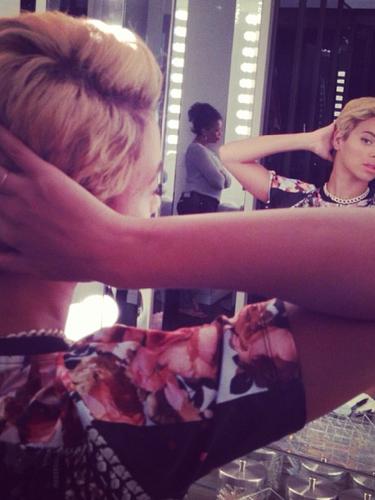 8 de Agosto - ¿Qué le pasó a la larga cabellera de Beyoncé? La cantante nos sorprendió con estas fotos que nos dejaron pensando si era su cabello de verdad o una peluca....